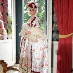 7c774b8504c6 ... dama rinascimentale dai ricchi abiti o una cortigiana barocca con il  suo salotto di adoratori. A Venezia i sogni sono realtà ed Atelier Pietro  Longhi ...